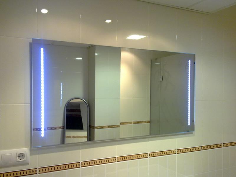 espejo con tiras de leds verticales blanco frio para apoyo de luz